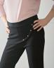 Eleganckie spodnie z różową bluzką i srebrnymi szpilkami