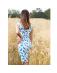 Sukienka w niebieskie piórka z dekoltem na plecach