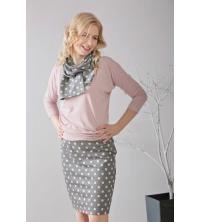 Spódnica ołówkowa w grochy z różową bluzką i srebrnymi szpilkami