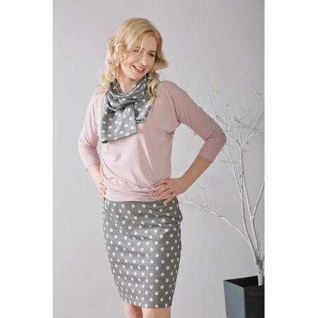 f30b0d4df6 Spódnica ołówkowa w grochy z różową bluzką i srebrnymi szpilkami ...